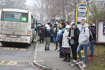 Provizorní autobusové nádraží v ulicích Šumperka.