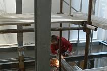 . Dělníci v těchto dnech montují výtah ve světlíku budovy šumperské radnice.