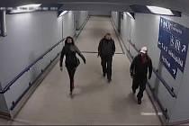 Osoby na vlakovém nádraží v Zábřehu. Může se jednat o svědky.