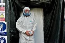 Příprava na demolici budovy plné nebezpečného azbestu v Jeseníku.