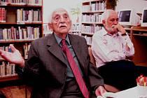 Ředitelka knihovny pozvala ve čtvrtek oslavence Josefa Luckého i jeho syna k malému posezení.