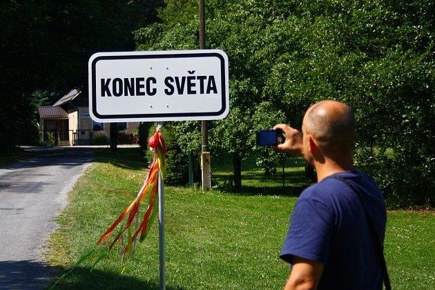 Podle této cedule se konec světa oficiálně nachází v Račím údolí u Javorníku.