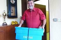 Ředitel Gymnázia Šumperk Vladimír Vlček se zapečetěným kontejnerem, v němž je zadání testů maturitní generálky
