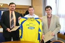 Snímek z podpisu smlouvy mezi šumperským klubem a SAN-JV. Vlevo je ředitel společnosti Josef Vymazal, vedle něj Bohdan Hecl a předseda fotbalového klubu Bořivoj Bartoš.