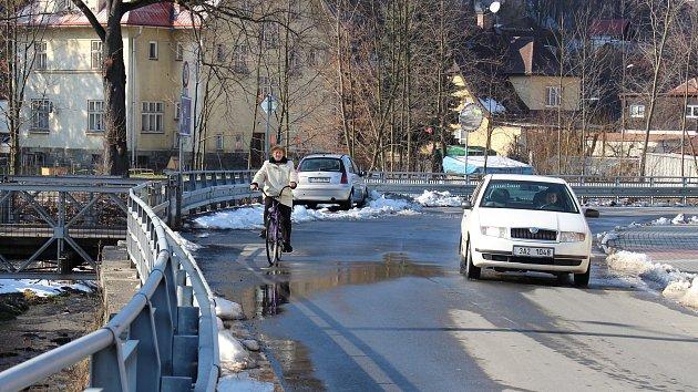 Místo na Rejvízské ulici, kam bude ústit nový most.