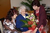 Helena Navrátilová (uprostřed) na oslavě svých 104. narozenin