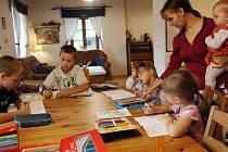 Ivana Sovadinová učí své děti doma.