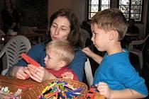 Na Předvánočním řemeslném dni v mohelnickém muzeu si mohli především malí návštěvníci vyrobit sváteční dekorace z papíru či drátků, upéci voňavé perníčky nebo vyřezat vánoční stromek.