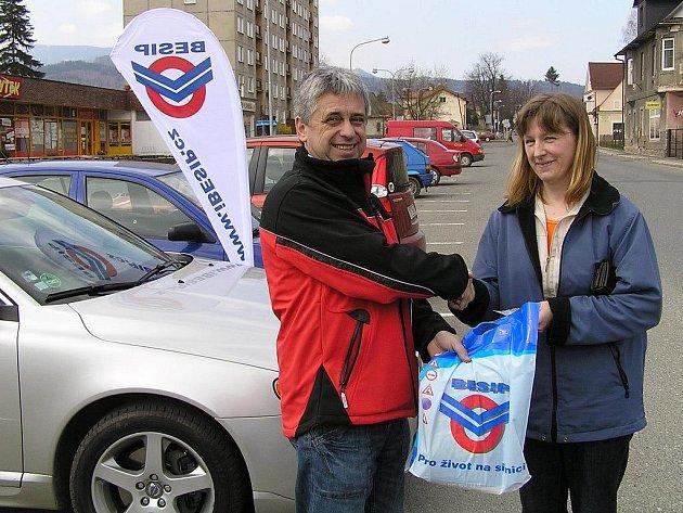 Manažer BESIPu Miroslav Charouz předává dárkovou tašku