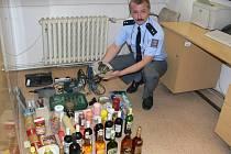 Mluvčí šumperské policie Miloslav Svatoň ukazuje zadržený lup, kterého se pachatelé zmocnili v zahradních chatkách.
