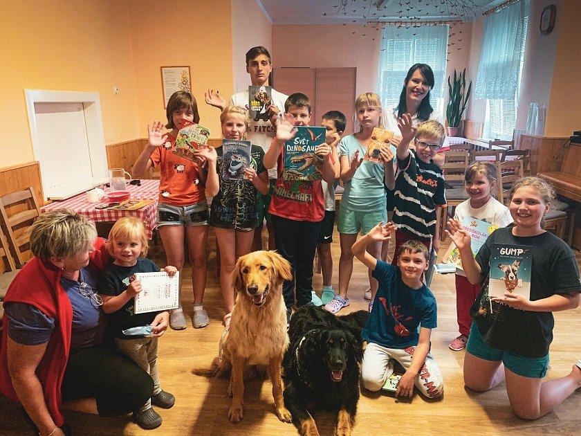 Děti z Dětského domova Černá Voda dostaly od Nadace Agel knihy