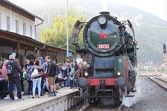 Parní vlak vedený lokomotivou Rosnička vypravený u příležitosti 130 let železnice z Hanušovic do Jeseníku.