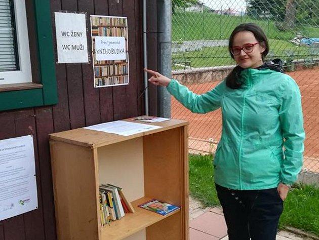 Knihobudka u tenisových kurtů ve Smetanových sadech v Jeseníku