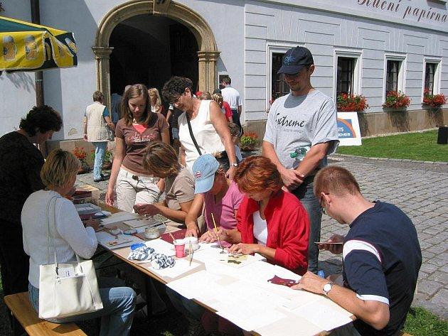 Ruční papírna Velké Losiny pořádá v sobotu 14. a v neděli 15. srpna Víkend v papírně s bohatým programem, jehož společným jmenovatelem je ručně čerpaný papír, jeho výroba a užití dnes i v dobách již dávno minulých