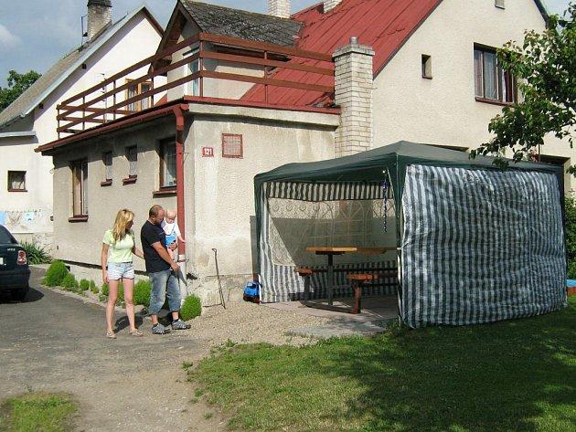 Martin Sumec se ženou před svým domem.