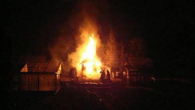 K požáru chaty v Žerotínově ulici vyjížděli hasiči 15. března večer