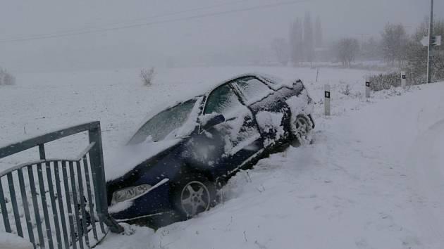Na přívaly sněhu doplatil i řidič, který sjel do příkopu u rondelu v Jesenické ulici v Šumperku.