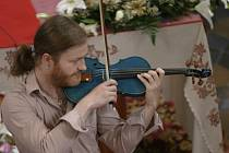 Pavel Šporcl vystupuje od loňska s originálními modrými houslemi.