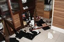 Snímky policie z místa vloupání do klenotnictví v šumperské prodejně Alberta