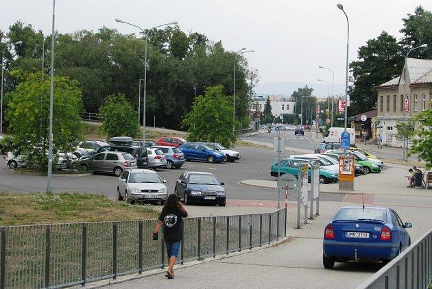 Na velkém parkovišti u zábřežského nádraží najdou motoristé po jeho zpoplatnění vždy dostatek volných míst.