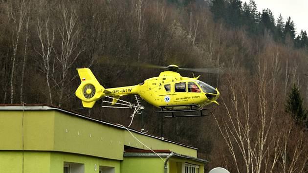 Záchrana člověka v neděli 31. března na sídlišti v Hanušovicích.