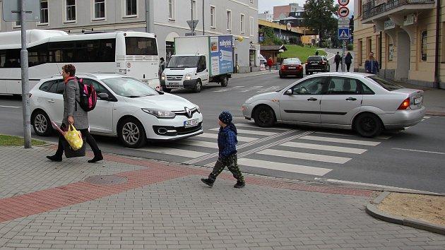 Křižovatka u hotelu Praděd v Jeseníku je nebezpečná chodcům i motoristům.