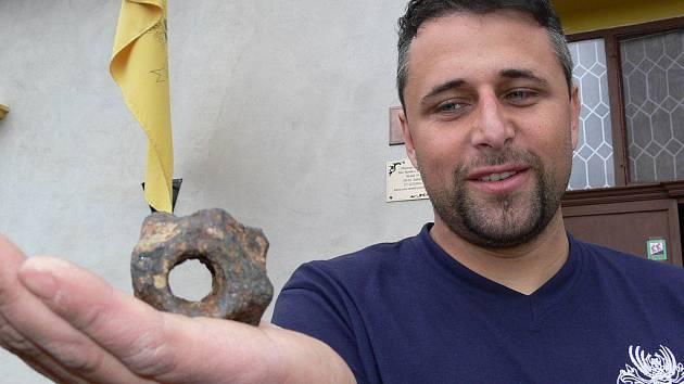 Jaromír Schoffer z občanského sdružení Tvrz Nemile ukazuje nejnovější vzácný nález – takzvaný diamantový palcát
