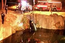 Vyprošťování auta ze zatopeného lomu ve Vidnavě