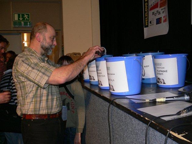 Diváci hodnotili originálním způsobem. Vodou z kelímků nalévali do kbelíků označených názvy filmů. Organizátoři pak kbelíky zvážili. Nejtěžší kbelík měla Neznámá Antarktida.
