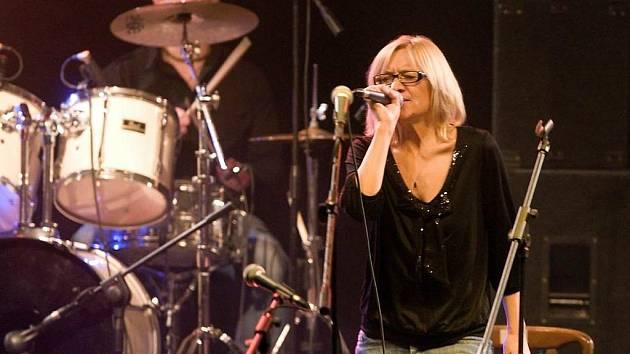 Šumperský hudební festival Blues alive zahájila přerovská bluesová skupina Mothers Follow Chairs se zpěvačkou Petrou Uvírovou-Polákovou