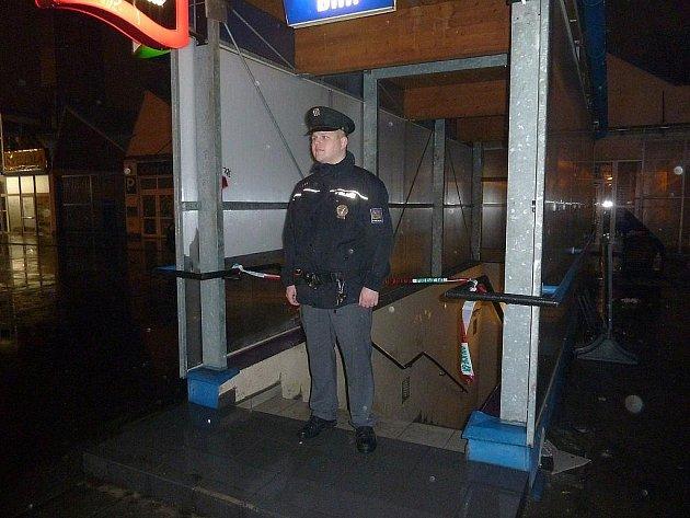Policista hlídkuje u vchodu do šumperského Fénixu