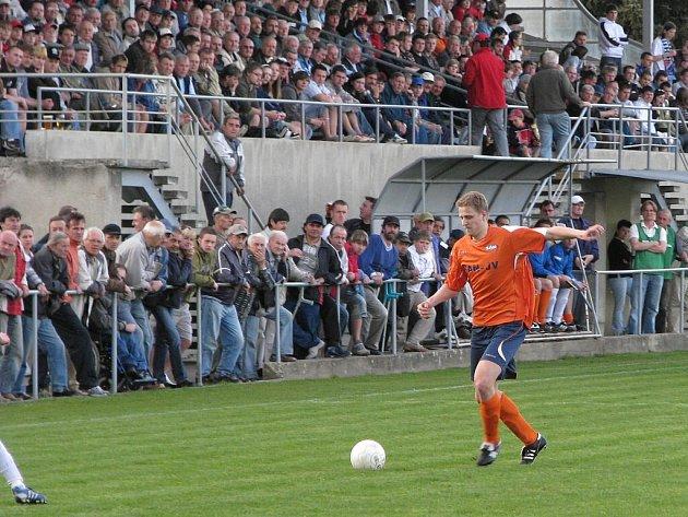 Bitva dvou nejlepších týmů fotbalové župy přilákala do ochozů téměř tisícovku diváků.