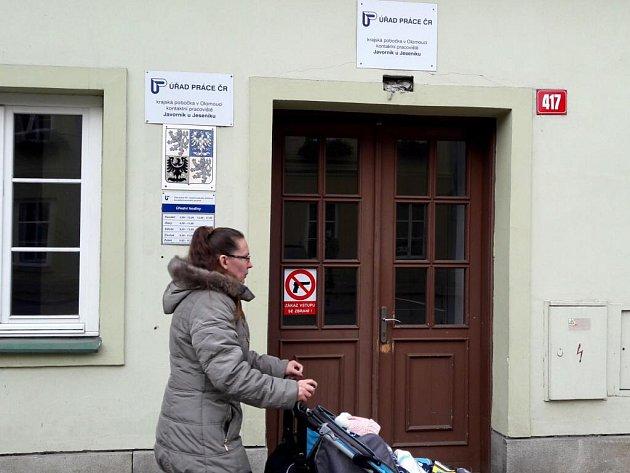 Vstupní dveře do Úřadu práce vJavorníku.