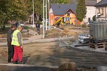 Na Šumavské ulici se staví kruhové objezdy