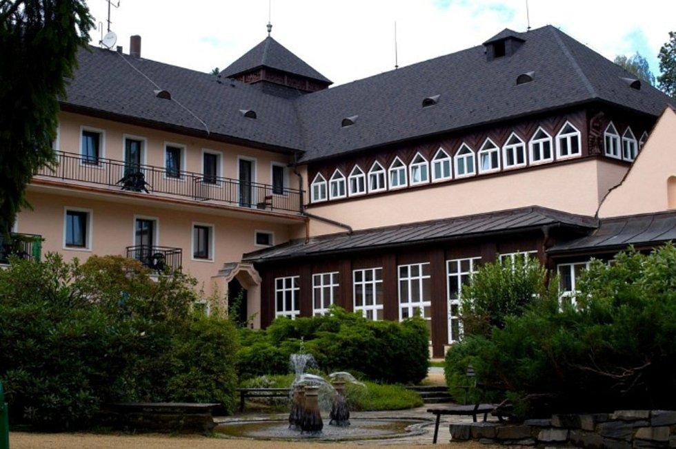 Hotel Eliška I v areálu velkolosinských lázní.
