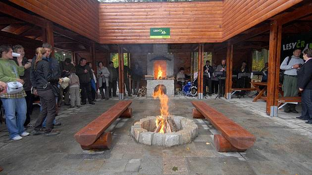 Turistům v Rychlebských horách slouží nové zázemí. V Račím údolí u Javorníku vyrostl nový areál s dřevěným přístřeškem, krbem či stojany na kola
