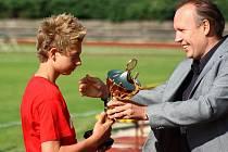 Předání poháru pro vítěze divize týmu mladších žáků FK SAN-JV Šumperk