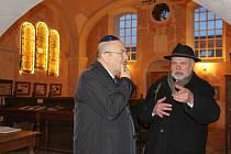 Izraelského velvyslance Garyho Korena (vlevo) provázel loštickou synagogou předseda sdružení Respekt a tolerance Luděk Štipl.