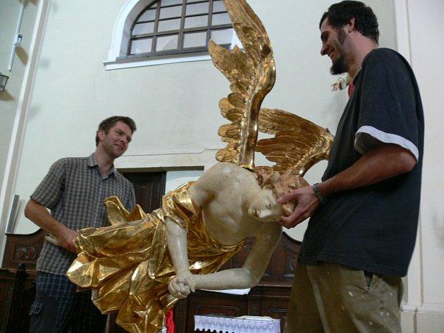 Kostel svatého Bartoloměje má už zase oba anděly.