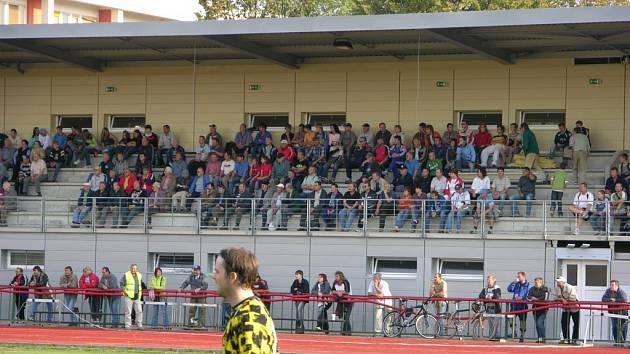 Nával na fotbalové tribuně v Šumperku. Je to ale zatím jediné zázemí pro šumperské fotbalové příznivce.