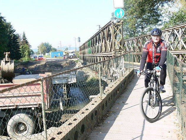 Z nového mostu přes Moravu mezi Postřelmovem a Sudkovem jsou hotové zatím jen piloty
