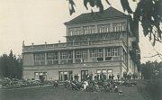 SÁL A LEHÁRNA PRO KOJENCE. Pohled na budovu Sanatorky ve směru od města vobdobí první republiky.
