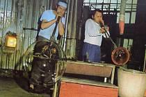 Skláři při práci v rapotínské sklárně