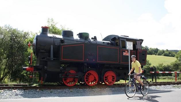 Cyklostezka mezi Lupěným a Hněvkovem vede po bývalé železniční trati, po níž vlaky přestaly jezdit po sto padesáti letech, když stavbaři vybudovali nový úsek vedoucí dvěma tunely. Město Zábřeh teď stezku přihlásilo do soutěže Cesty městy.