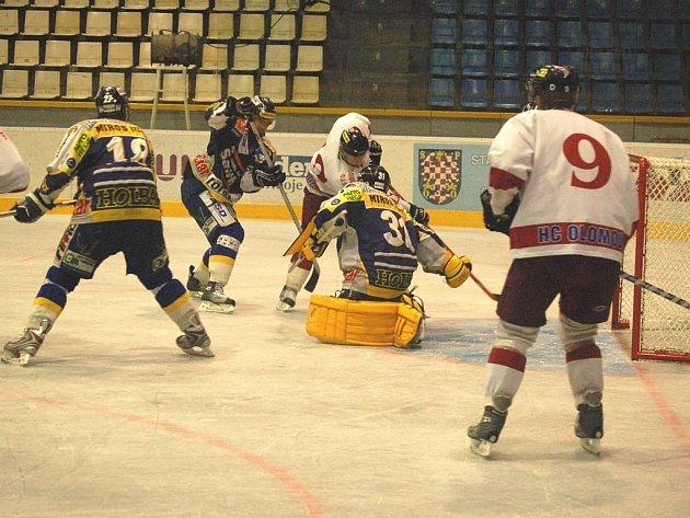 Příprava Draků (modré dresy) na první ligu vrcholí.
