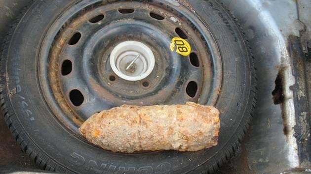 Granát v kufru auta.