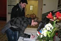 Nikol Šefková a Michal Vašut ze Šumperka podepisují na radnici kondelenční listinu