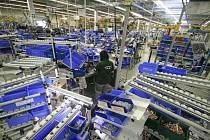Pohled do výrobní haly, kde se montují přípojnicové systémy.