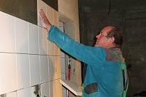 Stavba je ve skluzu. Prostory budoucí kuchyně ještě stále ovládají řemeslníci.