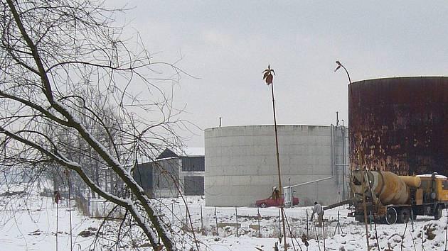 Stavba bioplynové stanice v Rovensku pokračuje, spor o ní trvá